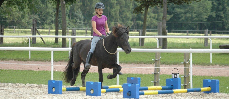 Sophie von Erden reitet mit Halsring